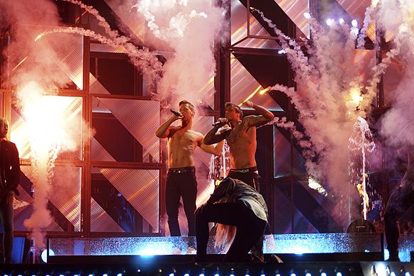 """Samir och Viktor avslutar sin låt """"Bada nakna"""" med ett sprudlande fyrverkeri. Foto: Peter Ahlborg"""