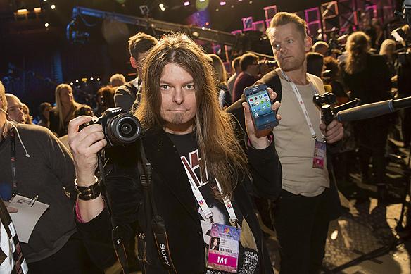 Peter Ahlborg bevakar Melodifestivalen för Tidningen Faktum. Snart är det dags för segerintervjuer i greenroom. Foto: Christer Hansson