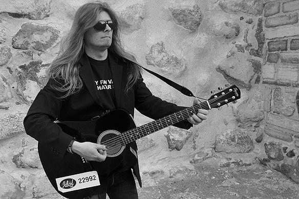 """Peter Ahlborgs låt """"Ge aldrig upp"""" är en gitarrbaserad låt. Bilden är tagen den 29 juni 2015 på Vadstena slott. Foto: Hasse Sukis"""