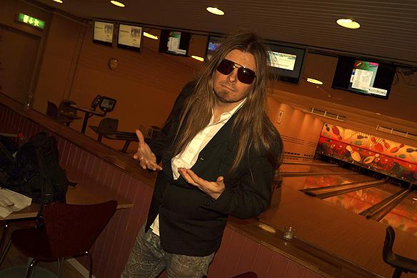 Peter Ahlborg lever upp till De Vet Du senaste låt Shadez Inomhus. - Nu är solglasögen på över allt under hela sommaren, då känner man sig som en rockstjärna, säger Peter Ahlborg, som här besöker en bowlinghall på Wieselgrenshållplatsen i Göteborg. Foto: Charlie Källberg