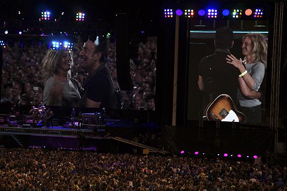 """Bruce Springsteen tar upp en tjej från publiken som får dansa tillsammans med honom under låten """"Dancing In the Dark"""". Foto: Peter Ahlborg"""