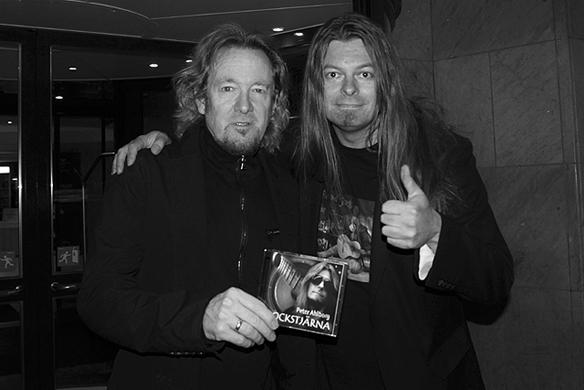 Peter Ahlborg träffade Iron Maidens gitarrist Adrian Smith i går kväll utanför hotellet i Göteborg. Jag gav honom min skiva och vi tog några bilder tillsammans, säger Peter Ahlborg.