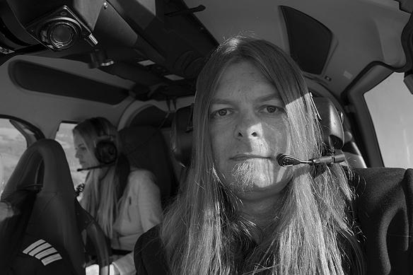 Peter Ahlborg och dottern Josefine flyger helikopter över Vänersborg den 5 juni 2016. Foto: Peter Ahlborg