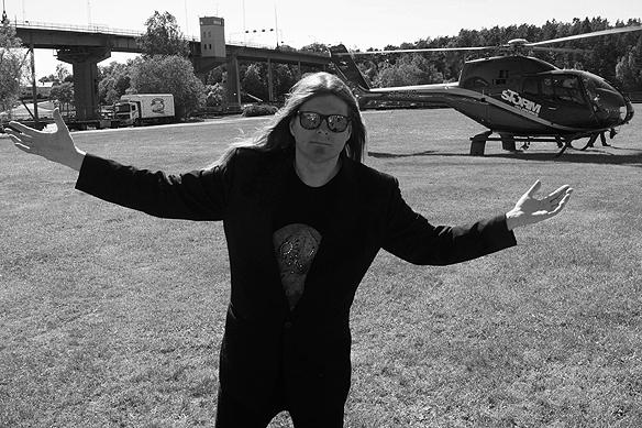 En stolt Peter Ahlborg efter helikopter turen, här framför helikoptern som de åkte med. Foto: Josefine Ahlborg