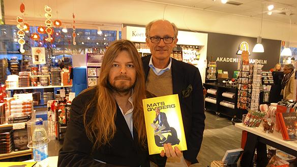 """Mats Qviberg frikänd idag för grovt svindleri i Sveriges största rättegång i finansbranschen. """"Att Mats Qviberg blev frikänd känns så skönt, jag gläds med Mats Qviberg"""", säger Peter Ahlborg. Härträffar Peter Ahlborg Mats Qviberg på en boksignering 17 november 2015, då sa Mats inför rättegången: """"Eftersom jag inte gjort något brottsligt så känner jag mig lugn""""."""