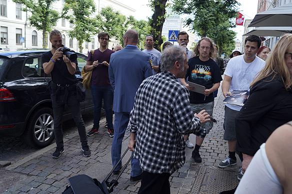 Gitarristen Nils Lofgren anländer till hotellet. Foto: Peter Ahlborg