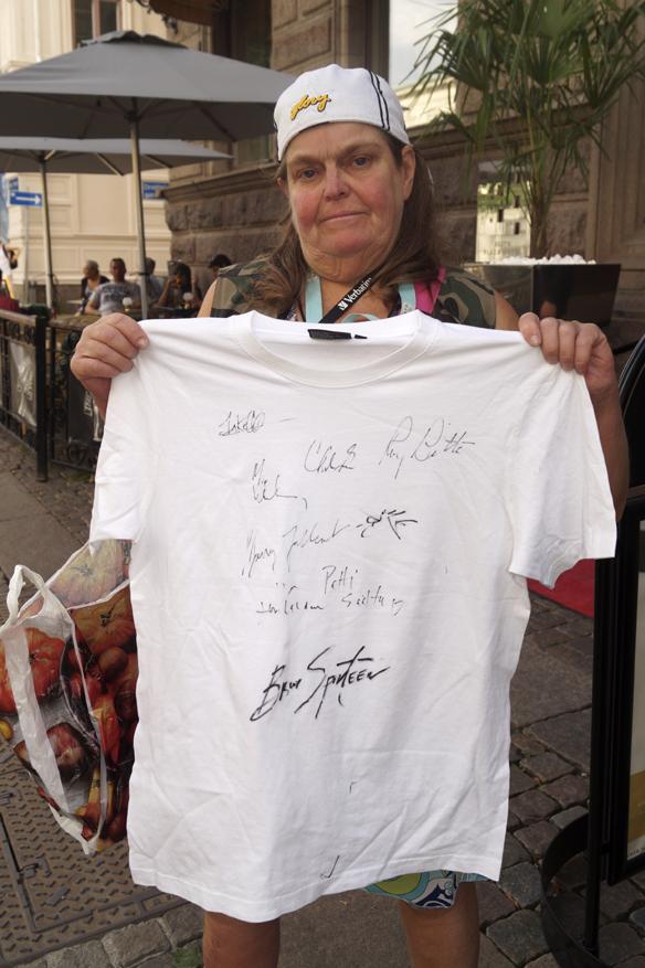Bitte Pettersson visar stolt upp sin T shirt. Hon har alla medlemmarnas autografer i E Street Band plus självaste Bruce Springsteens signatur! Stort! Foto: Peter Ahlborg