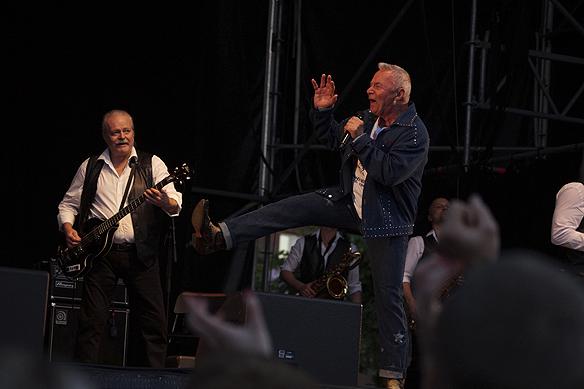 Jerry Williams energisk på scenen i Trollhättan under Fallens dagar, trots en ålder på 74 år. Foto: Peter Ahlborg