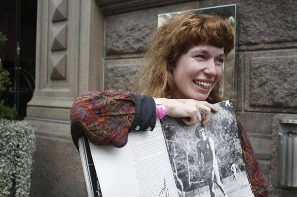 Emelie Eklund efter att hon fått ett handskrivet meddelande av sin förebild Bruce Springsteen utanför hotellet Elite Placa i Göteborg 2012. Hon är så glad och lycklig efter mötet med den stora idolen Bruce Springsteen att tårarna rinner ner för hennes kind. Foto: Peter Ahlborg