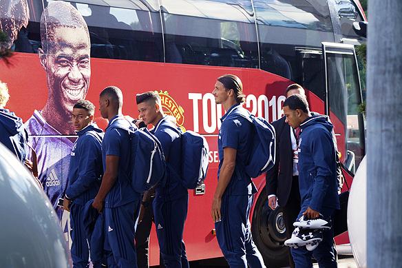Zlatan på väg till bussen. Foto: Peter Ahlborg