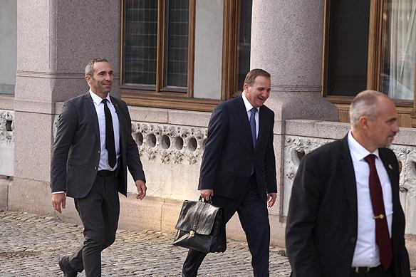 Statsminister Stefan Löfven på väg hem till sin lya Sagerska huset. Foto: Peter Ahlborg