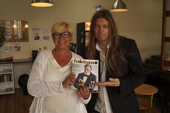 Tidningen Faktums chefredaktör Sarah Britz och Faktumförsäljare Peter Ahlborg visar stolt upp Faktums jubileumsmagasin då Tidningen Faktum firar 15 år. Foto: Christian Jansson.