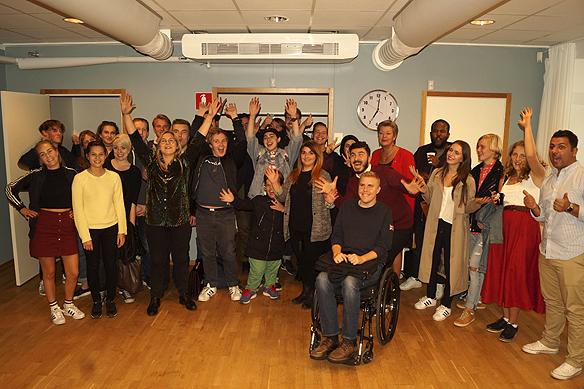 Ylva Johansson tillsammans med några glada ungdomar i SSU efter presentationen över arbetsläget i Sverige. Foto: Peter Ahlborg