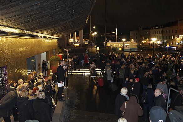 Göteborgs Gospelkör gjorde ett storartat jobb och bjöd på jullåtar utanför hotellet Clarion Hotel Post - till ett par hundra åhörare, denna mycket blåsiga och regniga kväll. Foto: Peter Ahlborg