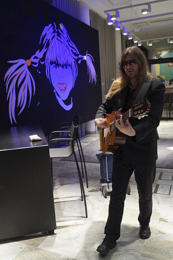 Peter Ahlborg framför en mini-konsert akustiskt på Hotellet Gothia Towers för fyra intresserade kvinnliga beundrare som gillar hans musik. Foto: Charlie Källberg