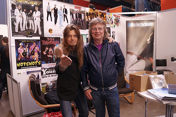 """Den framstående gitarristen Janne Schaffer och Peter Ahlborg tillsammans på gitarrmässan Fuzz i Göteborg i april 2013. Janne Schaffer spelar gitarr och drar av ett rockigt gitarrsolo i Peter Ahlborgs låt """"Fy fan vad jag hatar soc""""."""