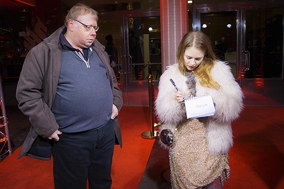 Alexandra Dahlström skriver autografer. Foto: Peter Ahlborg