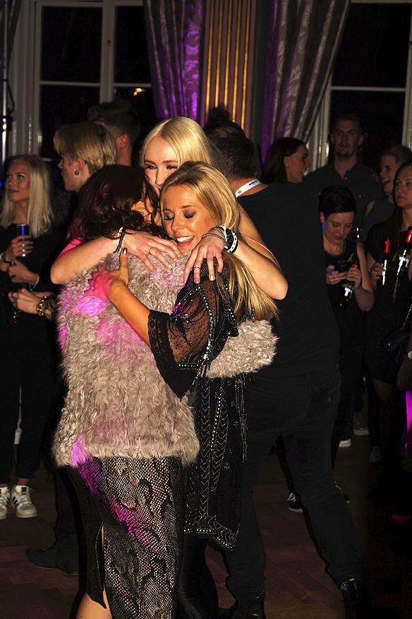 En stor kram. Bella och Filippa och Krista Siegfrids ger varandra en kärleksfull kram på dansgolvet. Foto: Peter Ahlborg