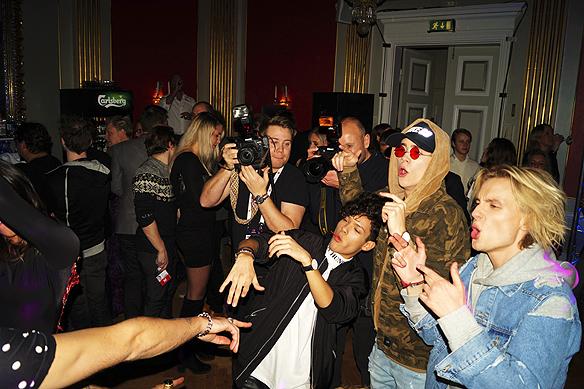 Full fart på dansgolvet medan fotograferna följer varje rörelse. Foto: Peter Ahlborg