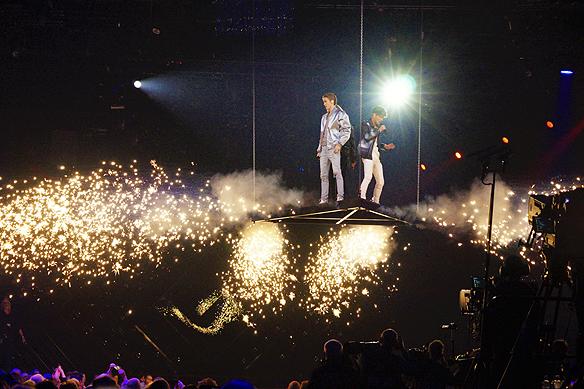 Bomber och fyrverkerier och en svängig låt räckte inte för att gå till final i Melodifestivalen. FO&O får gå omvägen till andra chansen i Melodifestivalen från Växjö. Foto: Peter Ahlborg