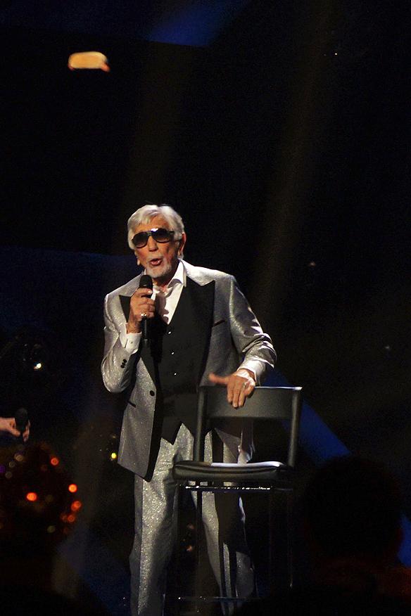 """Owe Thörnqvist kastar ut en korv till publiken under låten. """"Boogieman Blues"""" - framträdandet i Melodifestivalen i Växjö 2017. Foto: Peter Ahlborg"""