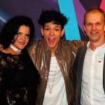 Omar Rudberg med sina föräldrar på Melodifestivalens efterfest