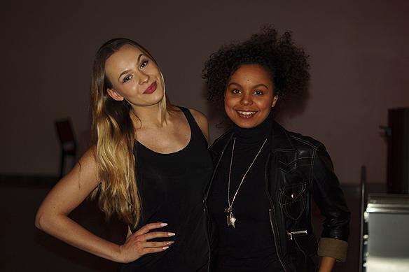 Två glada dansare som medverkar i Melodifestivalen. Foto: Peter Ahlborg