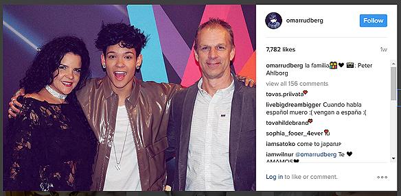 Peter Ahlborgs bild på FO&O medlemmen Omar Rudberg tillsammans med sin föräldrar fick över 7 700 gilla, när FO&O medlemmen Omar Rudberg la ut den på sitt Instagram konto. Foto: Peter Ahlborg (Skärmdump från Omar Rudbergs Instagram)