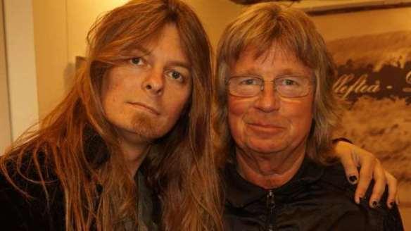 """Janne Schaffer och Peter Ahlborg. Janne Schaffer spelar gitarr och drar av ett rockigt gitarrsolo på Peter Ahlborgs låt """"Fy fan vad jag hatar soc""""."""
