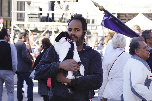 """När Martin """"Kaninen"""" Nyberg är ute och går skapar han stor uppmärksamhet. Foto: Peter Ahlborg"""