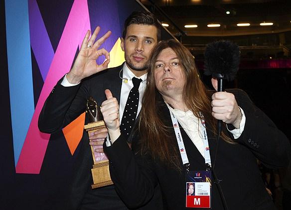 """Ikväll håller vi på Robin Bengtsson när han tävlar i Eurovision Song Contest. """"Robin är verkligen värld en vinst, den ödmjuka artisten med glimten i ögat"""", säger Peter Ahlborg."""