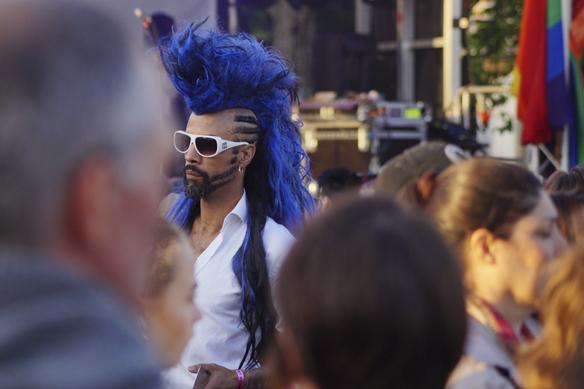 XLNT Marc Linnér befinner sig på West Pride i Göteborg den 10 juni 2017. När Peter Ahlborg ser killen i Bältespännarparken tar han bilder på killen med det coolaste håret under hela Pride. Foto: Peter Ahlborg