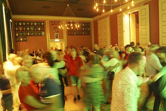 Många glada människor dansar hela kvällen lång till Streaplers under Göteborgs Kulturkalas. Men ska kultur inte få kosta pengar? frågar sig Peter Ahlborg. Foto: Peter Ahlborg