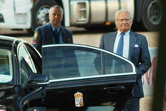 Kungen på väg att lämna Ullevi och hoppfinalen i Longines. Foto: Peter Ahlborg