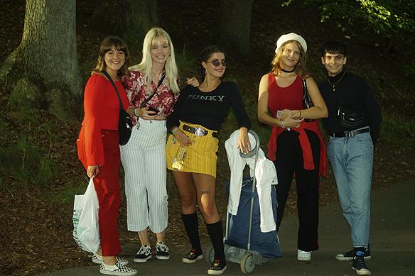 Ellen, andra till vänster, och hennes kompisar på Way Out West 2017. Foto: Peter Ahlborg