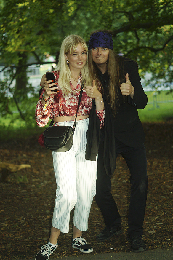 Peter Ahlborg och Ellen på musikfestivalen Way Out West. När Ellen fick se Peter Ahlborg blev hon överlycklig, och ringde genast sina kompisar och berättade vilken storhet till artist som hon hade träffat. Foto: Privat
