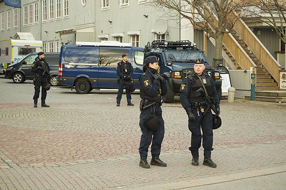 Det var sammanlagt runt 4 000 poliser som bevakade EUs toppmöte i Göteborg den 17 november 2017 Här en bild på tungt beväpnad poliser som bevakar EUs toppmöte i Eriksberg. Foto: Peter Ahlborg