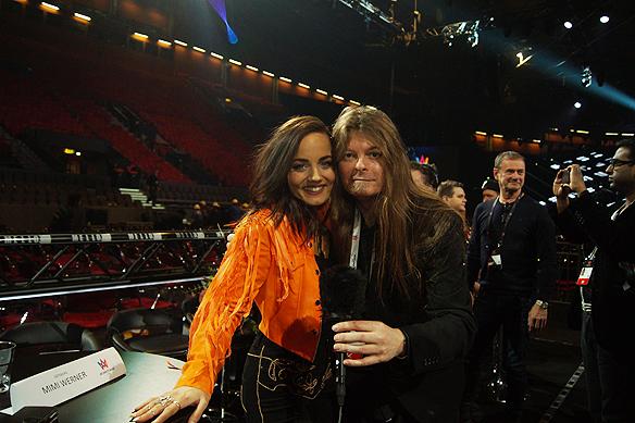 """Peter Ahlborg tillsammans med en överlycklig Mimi Werner som gick vidare till andra chansen i Melodifestivalen. """"Jag hade Mimi Werners låt som favorit hela veckan, säger Peter Ahlborg. Foto: Privat"""
