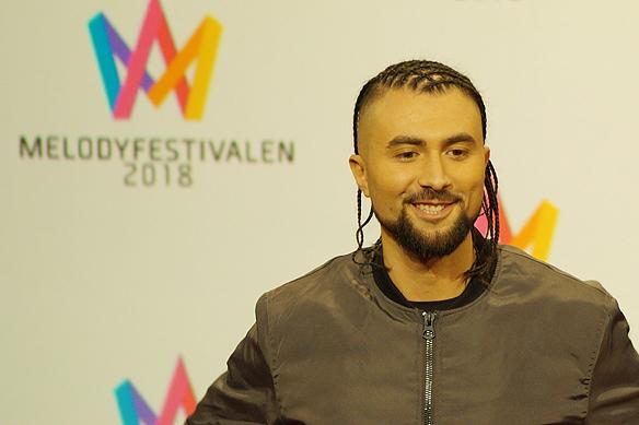 Den glada artisten Moncho gick vidare till andra chansen i Melodifestivalen från Malmö. Foto: Peter Ahlborg