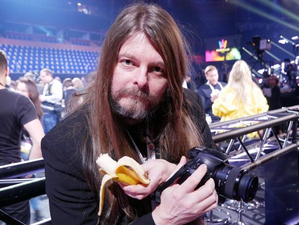 Peter Ahlborg älskar att äta bananer. Här blir det några innan han ska göra intervjuer med artisterna i green room - i samband som Melodifestivalen har  premiär i Karlstad den 3 februari 2018. Foto: Janne