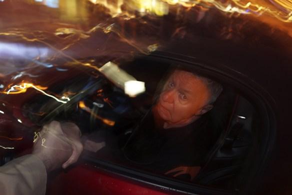 Peter Ahlborg hinner precis fram och ta en bild innan Jerry Williams ska åka iväg från konserten, på Fallens dagar i Trollhättan 2016, i sin röda Camaro. Här hälsar Jerry Williams på ett fan. Foto: Peter Ahlbor