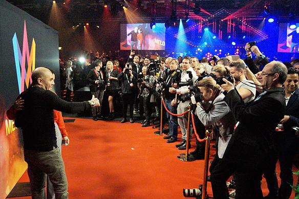Fotodiket som artisterna går igenom där alla fotografer står och väntar för att dokumentera alla kändisar och artister på Melodifestivalens efterfest. Foto: Peter Ahlborg