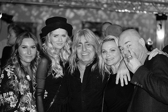 Mikkey Dee dök upp på festen med fru och sällskap. Foto: Peter Ahlborg