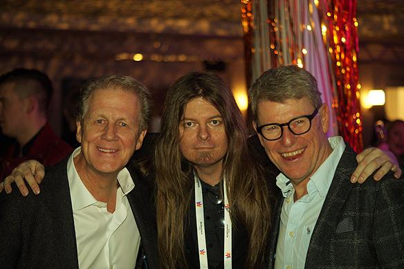 Peter Ahlborg träffar på de glada killarna Roy (Anders Eriksson) och Roger (Jan Rippe) på Mellos efterfest. De kom till festen efter att de uppträtt på Lorensbergsteatern ett stenkast från Mellos efterfest som hölls på Elite Park Avenue hotell i Göteborg. Foto: Christer Hansson