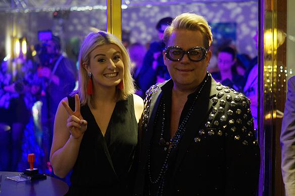 Frida Camross tar har hand om ackrediteringarna till välkomst- och efterfesten på Melodifestivalen. Här hälsar hon oss välkomna på fest i Göteborg i februari 2018, tillsammans med trevlig manlig kollega på Elite Park Avenue Hotel. Foto: Peter Ahlborg