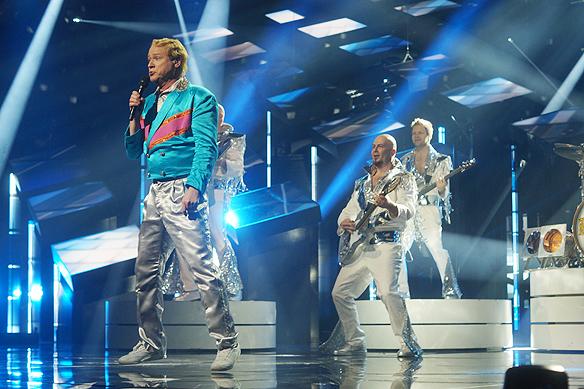 Ett litet skutt och hopp från Robert Gustafsson under uppträdandet i Melodifestivalen. Har bandet Rolandz tur tar de ett rejält skutt i karriären och vinner Melodifestivalen i Sverige? Foto: Peter Ahlborg