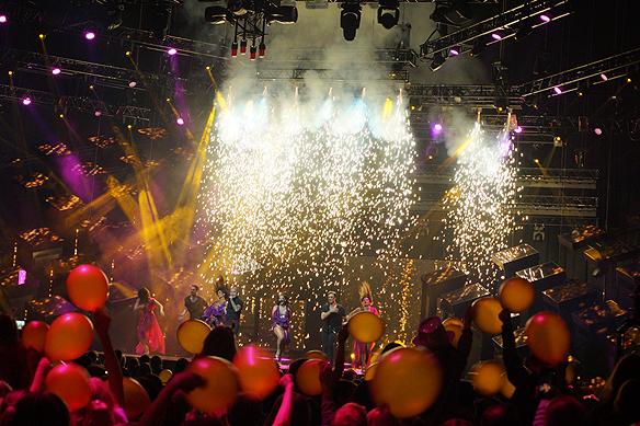 Mendez har ett vattenfall av fyrverkerier i Melodifestivalens final i Friends Arena den 10 mars 2018. Foto: Peter Ahlborg