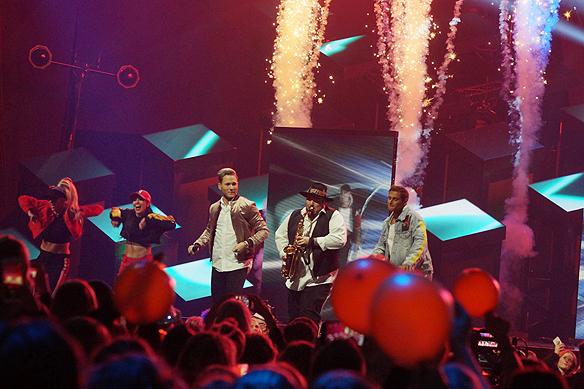 Samir & Viktor eldar på under scenen - inte bara med energisk dans - utan de använder även fyrverkerier under sitt framträdande i Melodifestivalen 2018. Foto: Peter Ahlborg