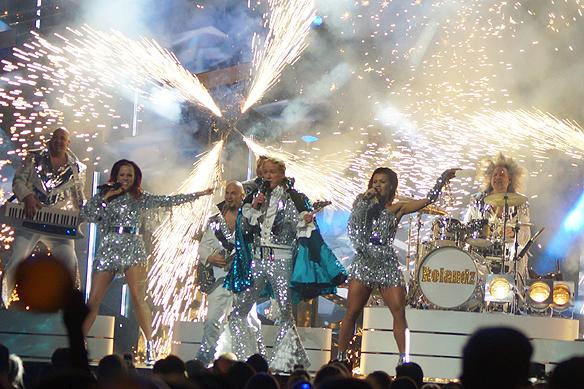 """Rolandz bjuder på en jättelik fyrverkerifest av sällan skådat slag i Melodifestivalen 2018 under sitt nummer """"Fuldans"""". Foto: Peter Ahlborg"""