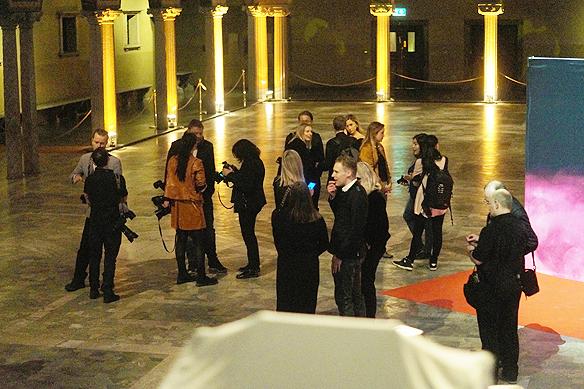 Några av eliten inom fotografering och journalistik som bevakar artisterna i Melodifestivalen, väntar här i Blå hallen på att artisterna ska anlända. Foto: Peter Ahlborg